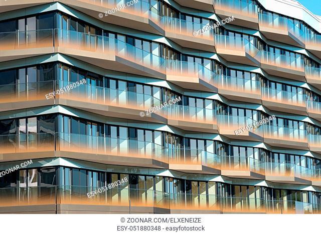 Detail eines modernen Apartmenthauses mit verglasten Balkonen in Berlin