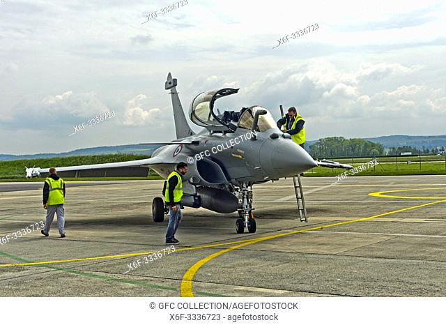 Ground staff doing maintenance work at a French Air Force Dassault Rafale B 4-FU SPA 81 fighter aircraft, presentation on the Payerne military airfield in the...