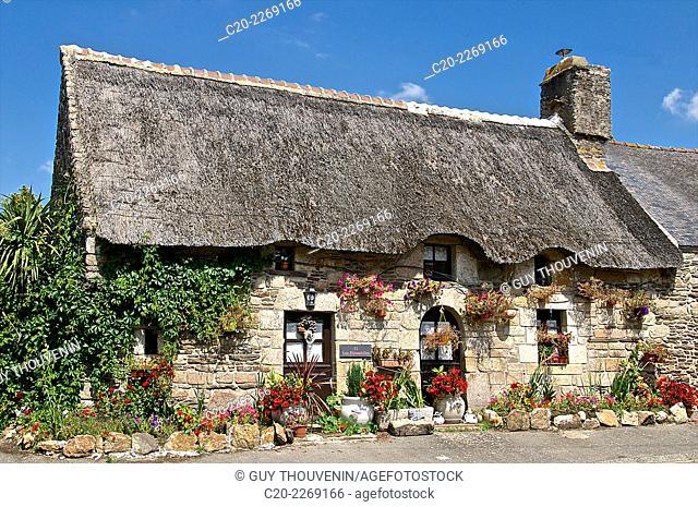 Typical Breton granite stone and thatched cottage, Saint Nicolas des Eaux, Brittany, Morbihan 56, France