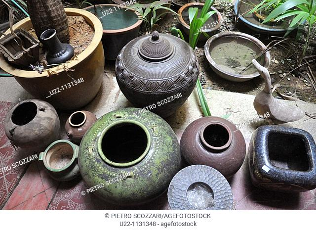 Malacca (Malaysia): old pots sold at Malaqa House antique shop in Chinatown