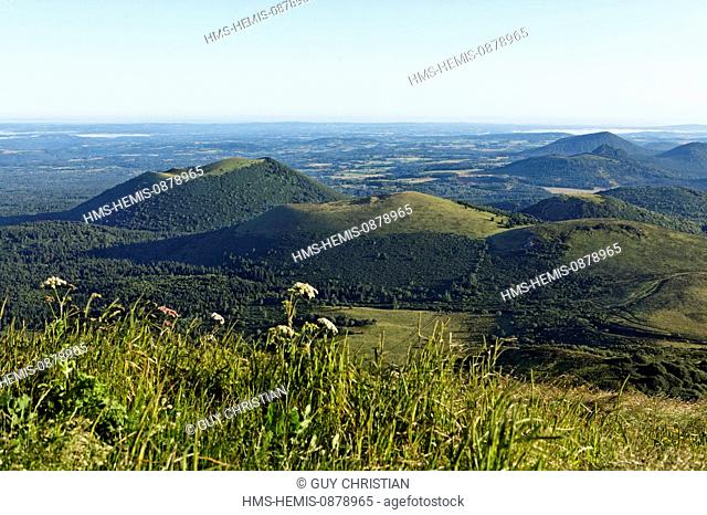 France, Puy de Dome, Parc Naturel Regional des Volcans d'Auvergne (Natural regional park of Volcans d'Auvergne) volcanoes panorama from the summit of the Puy de...