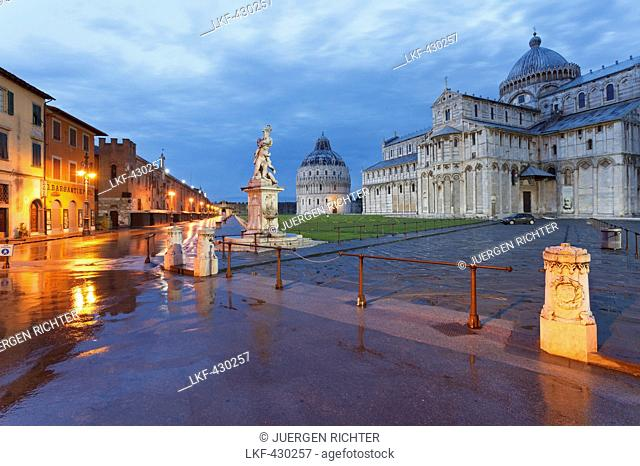 La fontana dei putti, Battistero, Baptistry, Duomo, cathedral and campanile, bell tower in the evening light, Torre pendente, leaning tower, Piazza dei Miracoli