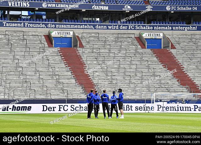 24 May 2020, North Rhine-Westphalia, Gelsenkirchen: Football: Bundesliga, FC Schalke 04 - FC Augsburg, 27th matchday in the Veltnis Arena