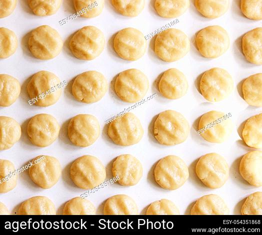 balls of shortcrust pastry for the preparation of homemade shortbread