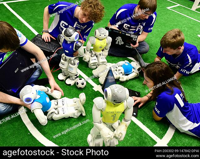 20 February 2020, Saxony, Leipzig: In the robot laboratory of the Nao-Team of the University of Applied Sciences (HTWK) the members Andreas Kluge, Felix Loos