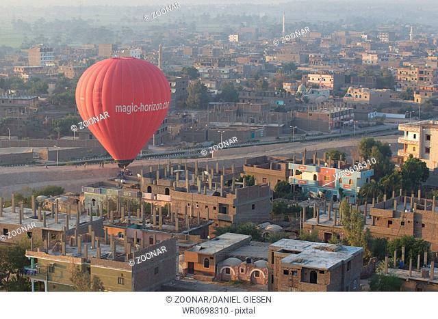 Ballon über der Westseite von Luxor