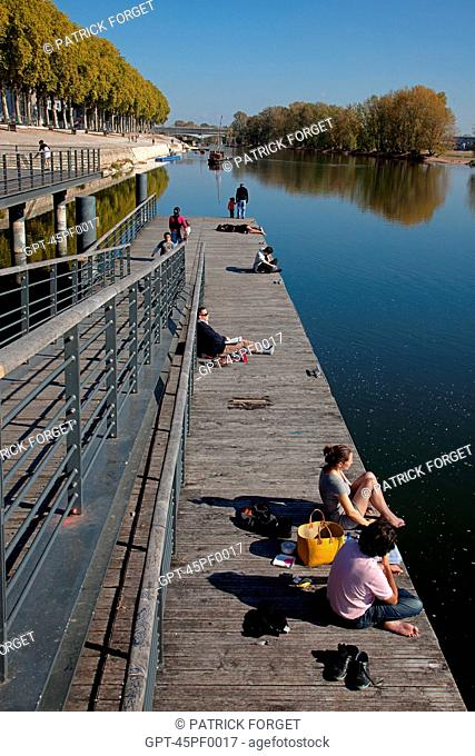 RELAXING AND STROLLING ALONG THE LOIRE, QUAI CHATELET, ORLEANS, LOIRET 45, FRANCE