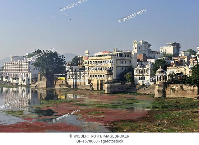 Houses and bathing ghat on the banks of Lake Pichola, Udaipur, Rajasthan, India, Asia