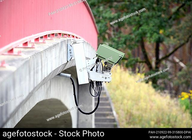 21 September 2021, Brandenburg, Wandlitz/Ot Lanke: A license plate recognition device (KESY) is mounted underneath the red railing of a small bridge over the A...