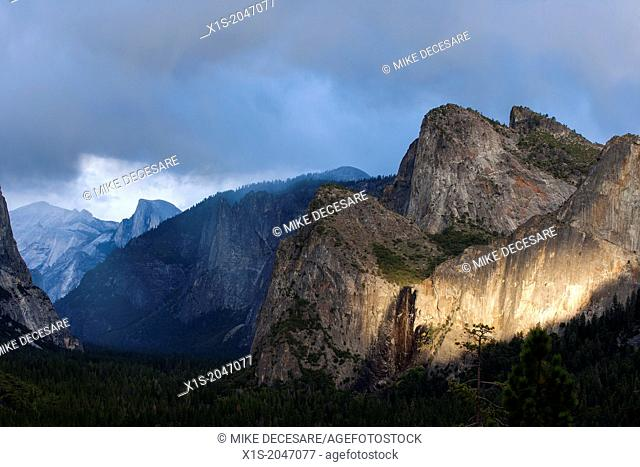 Yosemite Valley famous tunnel view and setting sun