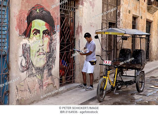 Che Guevara mural and a pedicab in the historic town centre