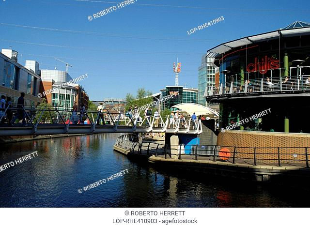 England, Berkshire, Reading, Shoppers crossing Cooks Bridge over the Kennet and Avon Canal linking the Riverside Car Park to House of Fraser in the Oracle...