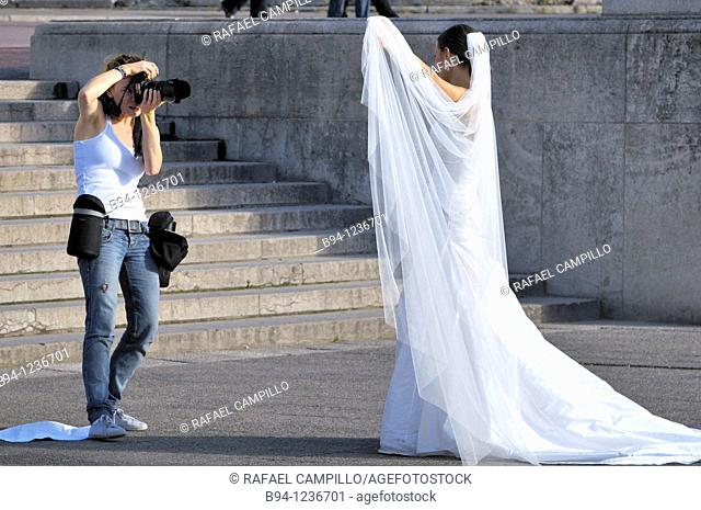 Photographing a newlywed bride at the Gardens of Trocadero, Paris, France