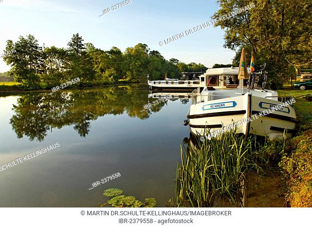 Houseboats on the Seille River, port of Cuisery, Turnus, Burgundy region, department of Saône-et-Loire, France, Europe