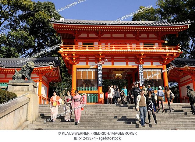 Entrance to the Maruyama park with women in kimonos and an original in samurai clothing, Kyoto, Japan, Asia