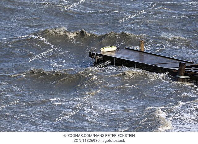 Ein Badesteg im Herbststurm wird von den Wellen zerstört
