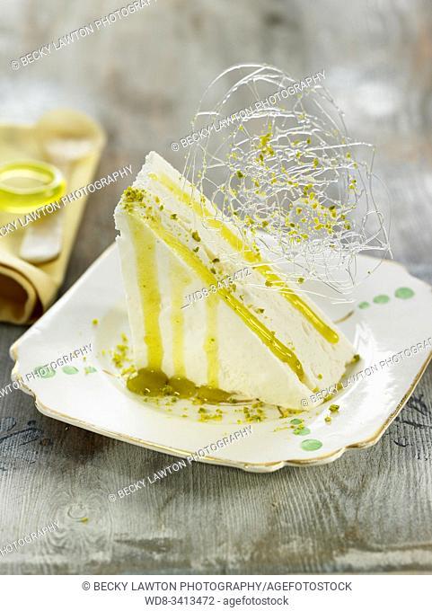 Mousse de limon con almibar de pistacho / Lemon mousse with pistachio syrup