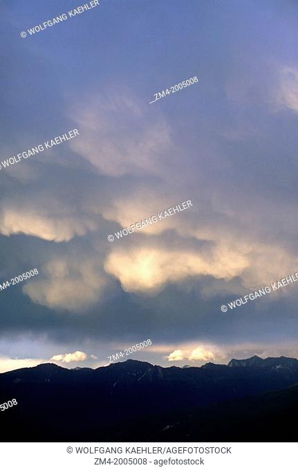 CANADA,ALBERTA,ROCKY MOUNTAINS, JASPER NATIONAL PARK, STORM CLOUDS