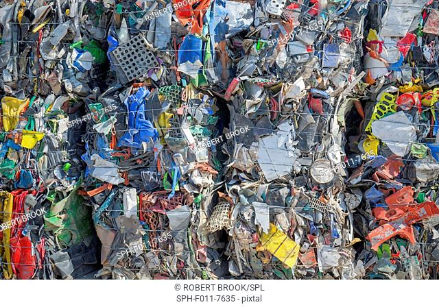 Bundles of plastic material for recycling