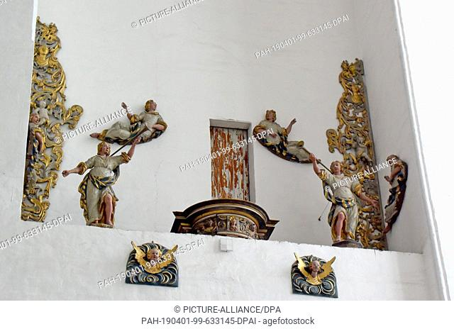 08 July 2018, Poland, Danzig: Statues of angels and saints in the side aisle in the Cathedral Basilica of the Assumption of the Blessed Virgin Mary in Gdansk