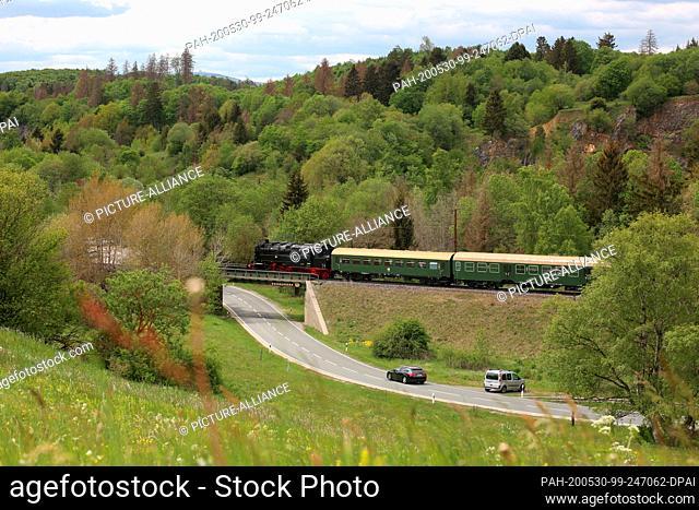 30 May 2020, Saxony-Anhalt, Rübeland: The Bergkönigin travels on the single-track line of the Rübelandbahn (formerly Harzbahn) near Rübeland in the Harz...