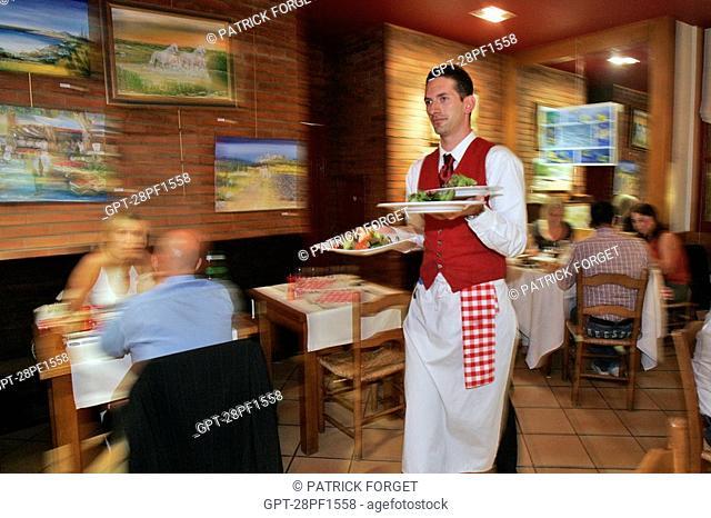 SERVING IN THE DINING ROOM, BISTROT DE LA CATHEDRALE, CHARTRES, EURE-ET-LOIR 28, FRANCE
