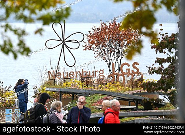 17 October 2021, Baden-Wuerttemberg, Ìberlingen Am Bodensee: Visitors look at the State Horticultural Show in the villa garden on the shore of Lake Constance