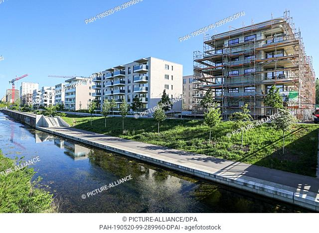 13 May 2019, Saxony, Leipzig: View of the newly developed residential area at the Lindenauer Hafen harbour in Leipzig. A new district has been under...