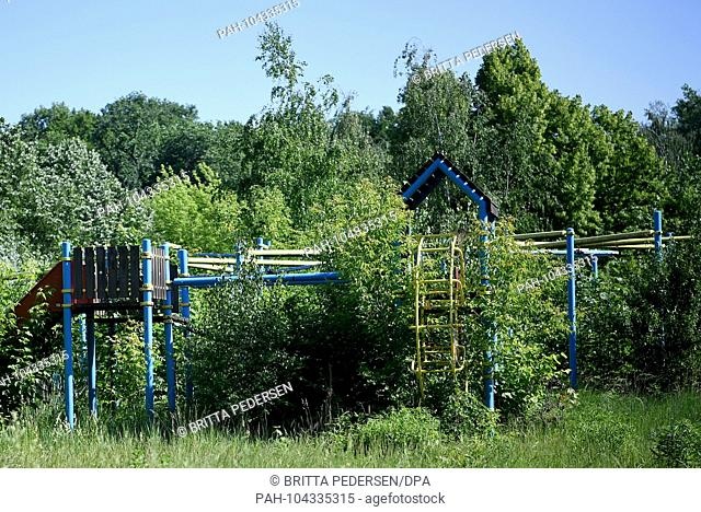 25.05.2018, Berlin: An overgrown jungle gym on the grounds of the former GDR amusement park in the Planterwald. The Spree Park became wild and should now be...