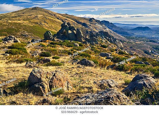 Pico Mondalindo y peñas de La Cabrera desde la Albardilla  Sierra de la Morcuera  Madrid  España