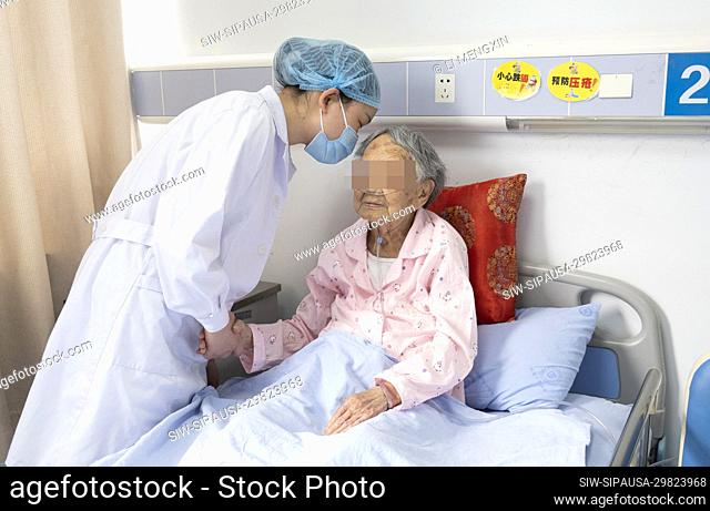 (200510) -- CHENGDU, May 10, 2020 (Xinhua) -- She Sha talks with a patient in the Fourth People's Hospital of Sichuan in Chengdu
