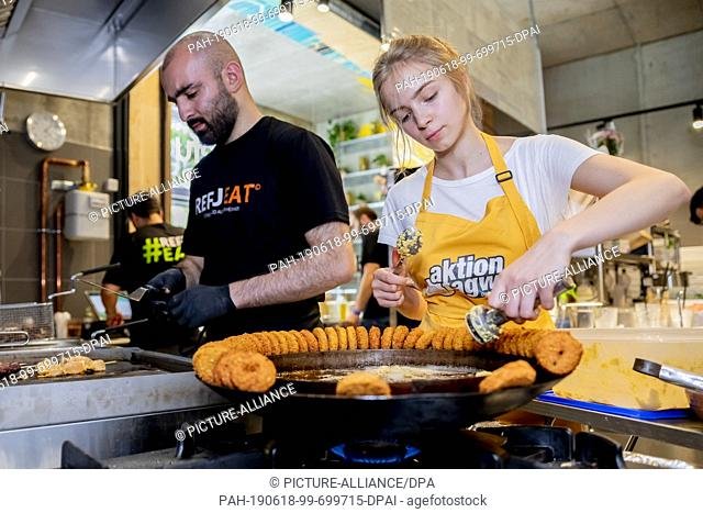 18 June 2019, Berlin: Iaroslava Mocanu, a pupil at the Max Delbrück Grammar School, prepares Refueat meals, snacks and catering services for Refueat Falafel in...