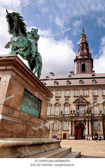 Schloss Christiansborg mit Reiterdenkmal