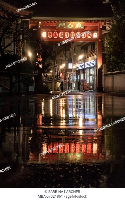 Asia, Japan, Nihon, Nippon, Tokyo, Taito, Asakusa, lanterns are reflecting in a puddle of rain