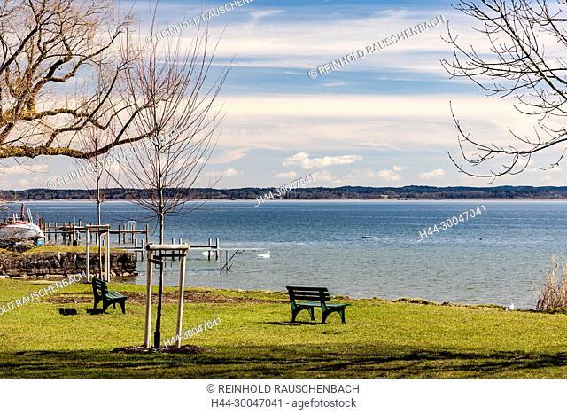 In der Nähe des Hauptsteges laden Ruhebänke direkt am Ufer zum relaxen und schauen ein, dahinter das Ostufer des Sees