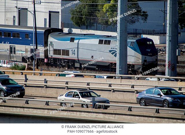 Pacific Surfliner next to the traffic on the old Pacific Highway in San Diego, in June 2018. | usage worldwide. - San Diego/Kalifornien/United States of America