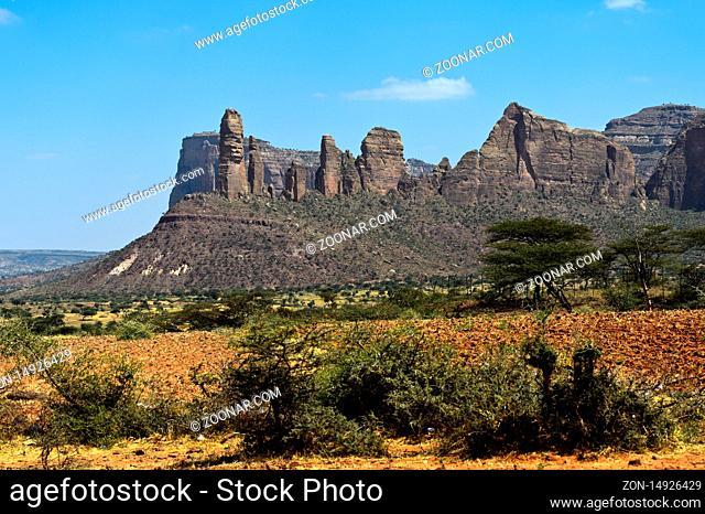 Koraro Felsnadeln im Gheralta Bergmassiv, Sitz der Felsenkirche Abuna Yemat Guh, bei Hawzien, Tigray, Äthiopien / Koraro pinnacles in the Gheralta Mountain...