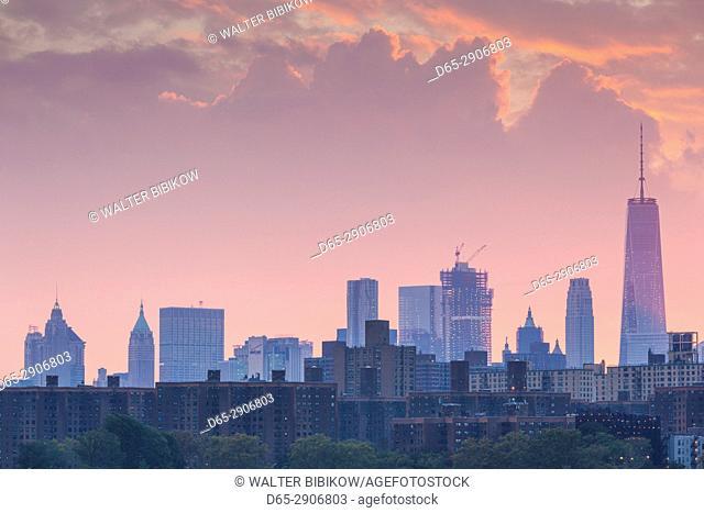 USA, New York, New York City, Brooklyn-Williamsburg, Lower Manhattan skyline, dusk