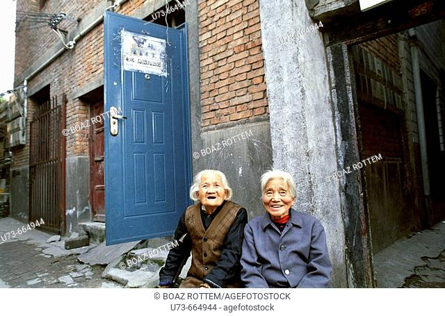 Old Chinese women seem surprised as they sight a foreigner in front of them!