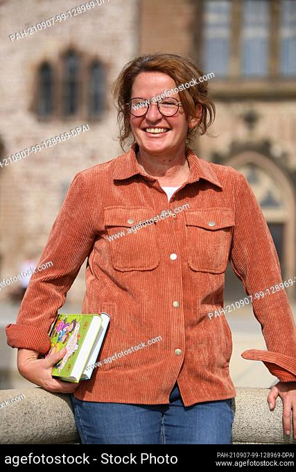 """07 September 2021, Saxony-Anhalt, Wernigerode: Children's author Margit Auer visits the filming of the series """"""""The School of Magical Animals"""""""" in the Harz..."""