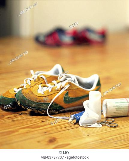 Gym shoes, dirty, Verbandsmaterial  only editorially! Sneakers, shoes, sport, movement, outside, forest, terrains, first aid, help, association
