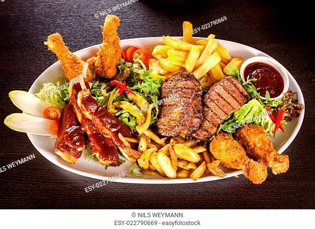 Riesige Barbecueplatte mit gemischtem Fleisch und Steaks