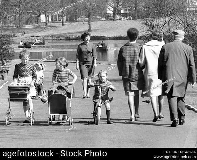 In the most beautiful spring weather on 17 April 1964, Berliners are drawn to the green spaces as here on Lietzensee. | usage worldwide