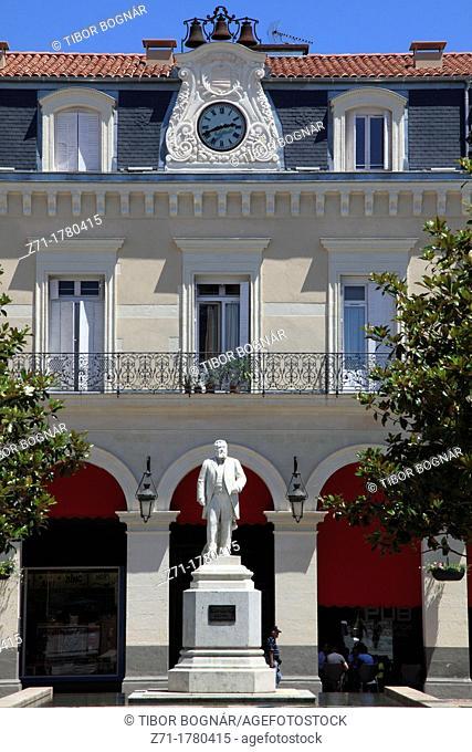 France, Midi-Pyrénées, Castres, place & statue Jean Jaurès