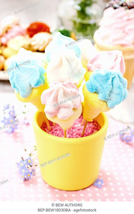 Kids party: marshmallow cake pops in yellow bucket