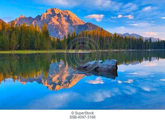 USA, Wyoming, Grand Teton National Park, Mount Moran with String Lakein foreground at sunrise