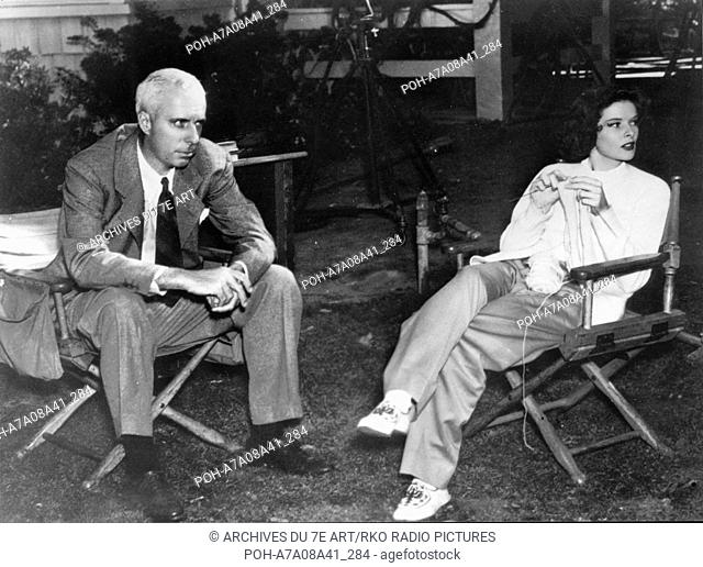 Katharine Hepburn, Howard Hawks on the set Bringing Up Baby Year: 1938 USA  Director: Howard Hawks. It is forbidden to reproduce the photograph out of context...