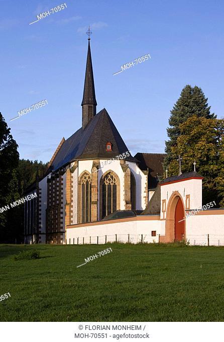 Blick von Südosten mit gotischem Klostertor