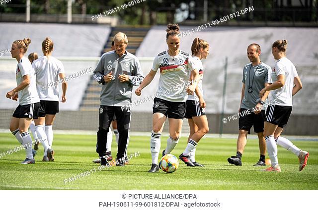 11 June 2019, France (France), Villeneuve-D·ascq: Football, women: World Cup, national team, Germany, final training: The German Dem is warming up
