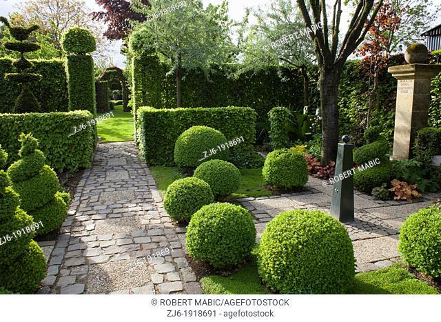 Formal country garden with topiary, Fancrever Höfke Netherland